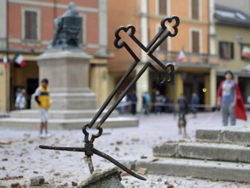 terremoto-croce-della-chiesa-di-crevalcore