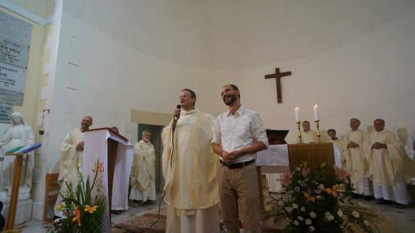 Il Vicario patriarcale latino padre David (un padre gesuita israeliano) e Benedetto (a destra) durante una funzione liturgica.
