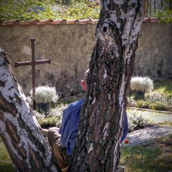giovanni-prega-davanti-alla-tomba-di-dossetti-montesole_25set16336x336